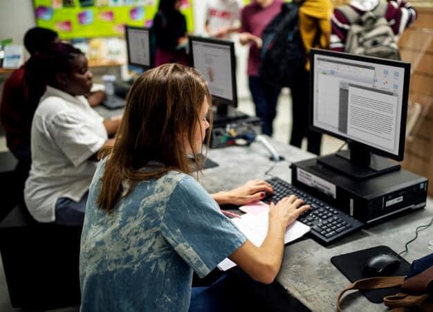 Estudiantes de secundaria usando la computadora